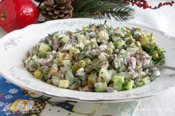 А это уже перемешанный салат. Конечно, не так красиво, но поверьте, он долго на столе не задержится.)))