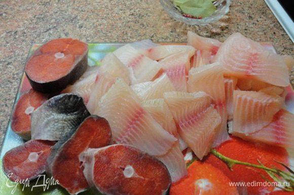 Филе разных рыб ( у меня морской язык, семга и судак) промыть и обсушить на бумажном полотенце, нарезать небольшими кусочками.