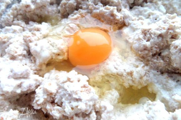 Вбить яйцо,перемешать...Тесту лучше немного постоять.