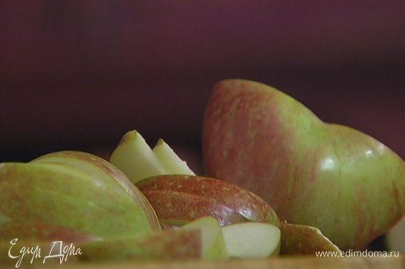 Яблоки, удалив сердцевину, нарезать тонкими дольками и добавить в сковороду.