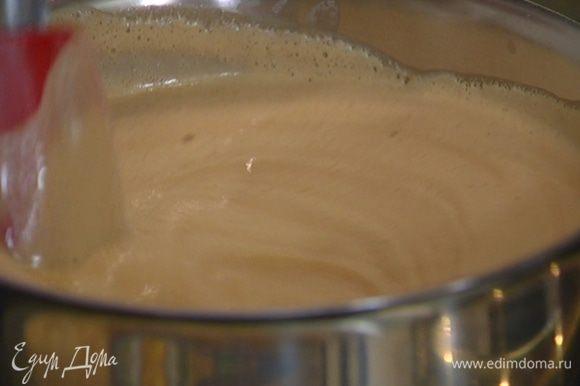 Перелить молоко с яйцами обратно в кастрюлю и, непрерывно помешивая, прогревать на небольшом огне, пока крем не загустеет.