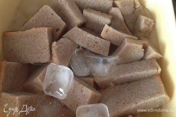 В ингредиентах написала хлеб ржаной (в идеале), а использовала украинский (четверть буханки). Хлеба в пере крученом виде, должно быть 50% фарша. Очистить от корочки, порезать кусочками, залить холодной водой, добавить кубики льда. Дать постоять.