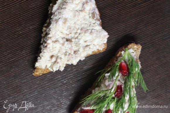 Подсушенный хлеб щедро натираем очищенными и разрезанными пополам зубчиками чеснока, выкладываем творожную массу и украшаем по желанию, настроению и событию)))