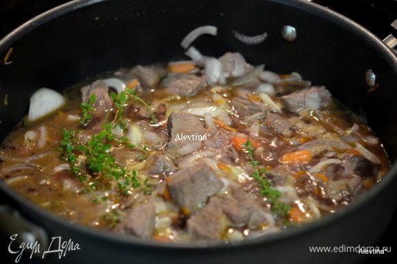 Добавить лук, чеснок, морковь, обжаривать 8 мин. Затем бульон, вино, мед и свежий тимьян 4 веточки. Закрыть крышкой и тушить на медленном огне 1,5 час.