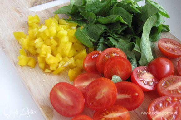 Болгарский перец нарезать мелким кубиком, черри разрезать на половинки, крупно нарезать шпинат.