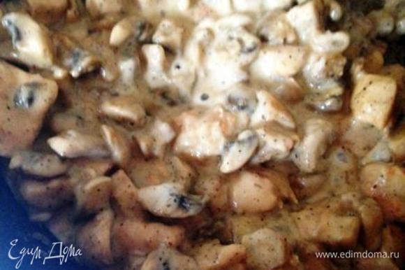 В сковороду к грибам и курице добавить мягкий плавленый сыр и жарить все до растворения сыра.