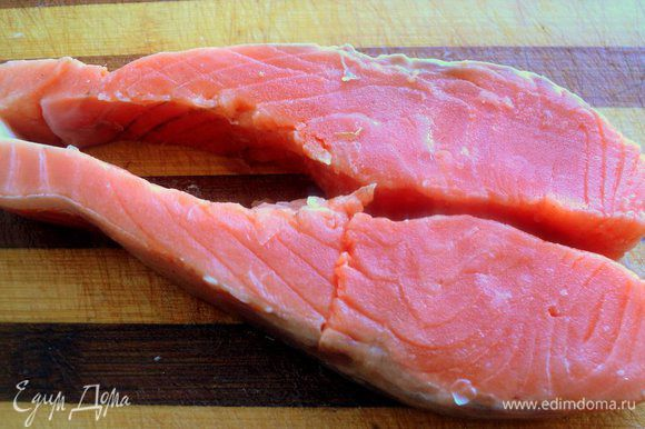 Стейк семги разрезать по хребту, удалить хребтовую и реберные кости, острым ножом снять кожу.