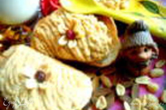 Если нет в магазине арахисовой пасты,её совсем просто можно приготовить и дома по этому рецепту: http://www.edimdoma.ru/retsepty/52971-arahisovaya-pasta-na-radost-postyaschimsya-no-ugoschayu-vseh