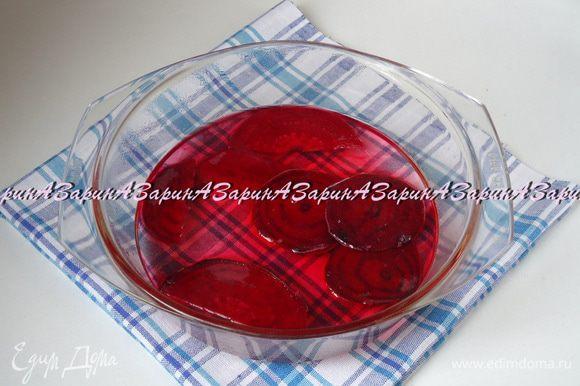 Для сиропа смешать сахар, воду, ванилин и корицу. Ванилин и корица придадут розам приятный вкус и аромат. Поставить кастрюльку на огонь и сварить сироп. Достаточно того, чтобы он закипел и сахар растворился. Затем партиями опускать в сироп пластины и варить по 5 минут.
