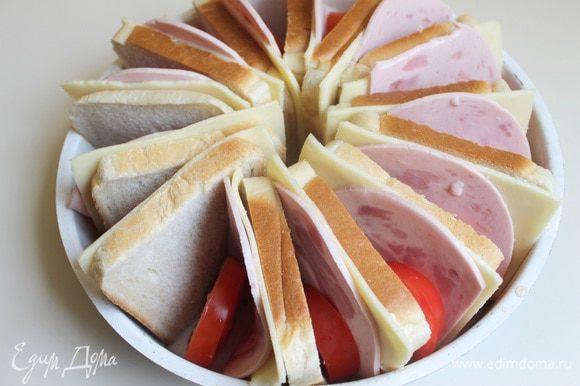 И вставим между хлебом помидорки.