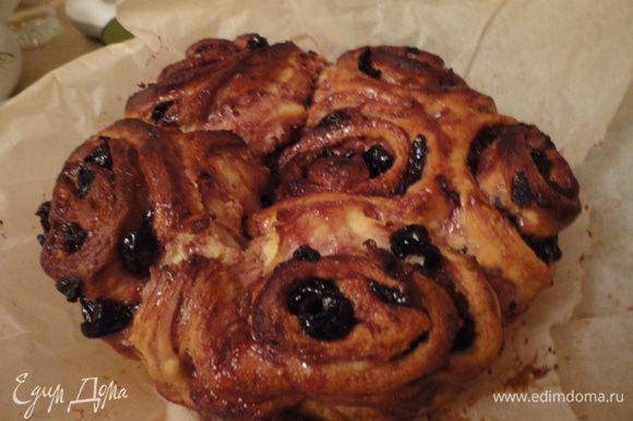Достаем пирог из формы, поливаем оставшимся у нас сиропом, остужаем и делим на булочки)) Приятного чаепития.