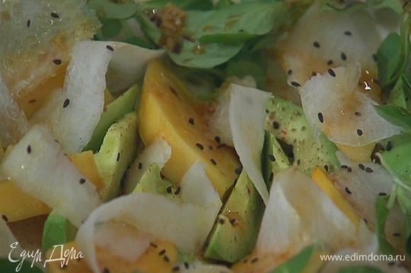 Полить салат заправкой и присыпать кунжутом. Подавать с оставшейся заправкой.