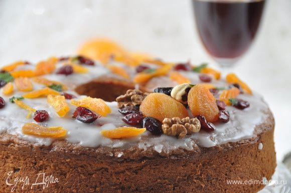 Полностью остывший кекс смазать глазурью и сразу же, пока она не застыла, украсить отложенными орехами и сухофруктами. Угощайтесь!