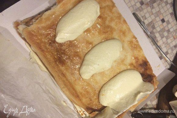 """Итак, крем! От чизкейка берем сливочный сыр (например, карат выпускает сейчас аналог """"Филадельфии"""" - """"Violet"""" называется), крем-фреш (в нашем географическом случае сметану), сливки, мелкий сахар или сахарную пудру по вкусу (вкус скорректируете чуть ниже) и стручок ванили. Сливочный сыр обязательно комнатной температуры. Все вместе взбиваем. От тирамису позаимствуем сырые яйца, ничего не отделяя вводим во взбитую массу по одному яйцу и творожный сыр 40-80% (в нашем санкционном случае, Маскарпоне выпускают наши отечественные бренды Umalat и Ungrandeт, можно творожный Альметте взять). Для облегчения крема и поддержки лениво-легкого концепта, а также из любви к небольшой кислинке, половину предполагаемого объема Маскарпоне заменяю 5% деревенским творогом, протертым через сито. По ложке за раз вводим в нашу крутилку. Добавляем половину карамельного или выпаренного кленового сиропа (консистенция и у того и другого меда средней жидкости), с сахаром сначала не горячитесь, попробуйте крем, должно быть чуть слаще, чем надо. Теперь все выше взбитое (на самом деле за 5 минут) хозяйство (вместо традиционного заварного желтково-молочного крема) вводим небольшими частями во взбитое добела сливочное масло - здравствуй """"Наполеон"""" :-) Выкладываем на карамельную сторону коржа щедрой рукою. Понимаете теперь, да? Помимо вкуса, карамель не дает размокнуть коржу, это же не бисквит, важно сохранить хрустящую слоеность."""