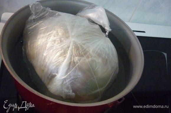 """Если вы решили воспользоваться фольгой, то сало в фольге тоже помещаем в пакет. Пакет надо плотно завязать, максимально выдавив из него воздух. И так по очереди сало надо упаковать в 5 пакетов. И теперь все помещаем в большую кастрюлю с холодной водой, накрываем крышкой, чтоб мясной сверток не всплывал сильно, ставим на САМЫЙ слабый огонь не менее, чем на... 7-8 часов. Да, да. так долго. Я уже приспособилась, т.к. готовила за месяц сало 4 раза, ставлю 5-литровую кастрюлю на """"единичку"""" ( у меня электроплита), и ложусь спать. И дед делал также. Почему так долго? Потому что самое главное - ВОДА НЕ ДОЛЖНА КИПЕТЬ. Оптимальная температура - 80-90 градусов, при ней мясо томится, становится нежным. Я пробовала делать в мультиварке в режиме """"подогрев"""". Но там температура всего 70 градусов, сало осталось жестким, мясо тоже. Поэтому вот такой вот долгий вариант. Но поверьте, игра стоит свеч."""