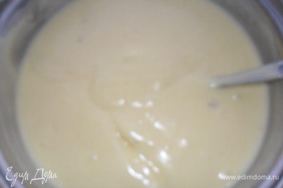Как молоко закипит, вливаем смесь все время помешивая и доводим до кипения, чтоб загустел. Оставляем остывать. Когда остынет до 30-40 градусов ( как сможете держать палец и не будет горячо), добавьте мягкое масло и перемешайте, пока оно не растает. Крем готов.