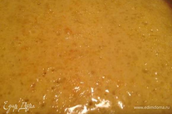 Далее выбираем 1 из вариантов: 1) 150 г сахарной пудры смешать с соком 1 лимона и вылить на готовый и еще теплый пирог. Такая глазурь застынет и будет глазурью на пирожных (подобно сахарной глазури на пасках) 2) я 100 г сахарной пудры смешала с соком 1 лимона и залила горячий пирог сразу же, как достала его с духовки. Такая глазурь впитается и придаст тесту влажную структуру.