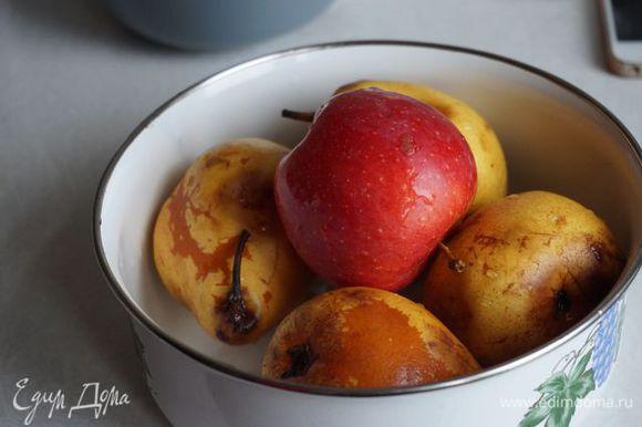 Берем 4 спелых, не очень крупных груши, 1 сочное яблоко.