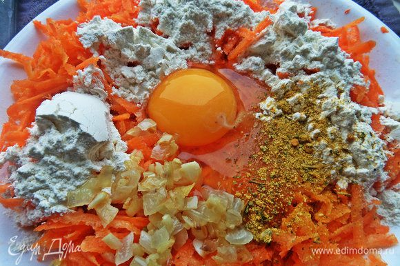 Добавить яйцо (если мелкие, то 2), немного лука с чесноком, муку, приправы опять по вкусу. Перемешиваем.