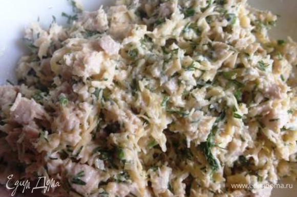 Филе, сыр и зелень соединить, выдавить чеснок, приправить майонезом и хорошо перемешать.