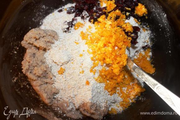 50мл мандаринового сока выливаем в маленькую кастрюльку, добавляем соль и ставим на медленный огонь до растворения соли. Слегка остужаем. Добавляем к сахарно-масляной массе овсяную муку, цедру мандаринов, клюкву и мандариновый сок. Перемешаем до однородности.