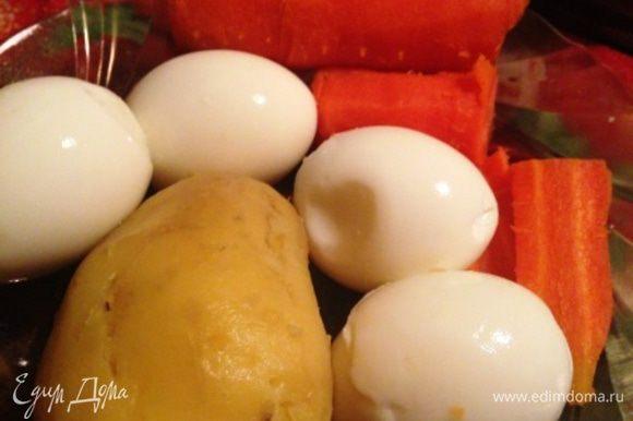 Картофель, морковь, яйца отварить отдельно и очистить.