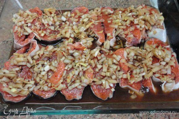 Рыбу нарежьте на порционные куски и залейте полученным маринадом. Оставьте на 30 минут.( У меня получилось так, что рыба мариновалась пару часов. Но, думаю, от этого она хуже не стала)
