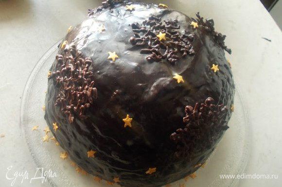 В оставшийся шоколад добавить пудру и сливки. немного прогреть до однородности . Обмазать торт глазурью и украсить снежинками.