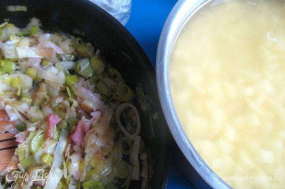 Поставить кастрюлю с картофелем (посолить, учитывая, что бекон даст дополнительную соль) на огонь и довести до кипения.