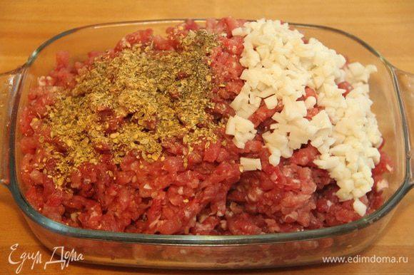 Солёное сало порезать мелким кубиком. Смешать мясо, сало и оставшуюся половину специй.