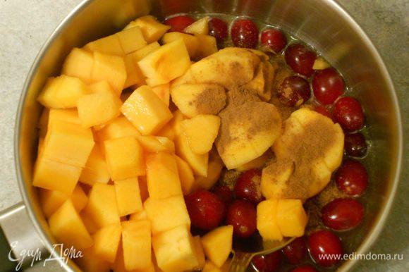 Начать приготовление блюда рекомендую с чатни, т.к. за время запекания утки он дойдёт до нужной кондиции. С апельсина снять цедру и выжать сок. Хурму почистить и нарезать кубиками. Все ингредиенты для чатни поместить в сотейник