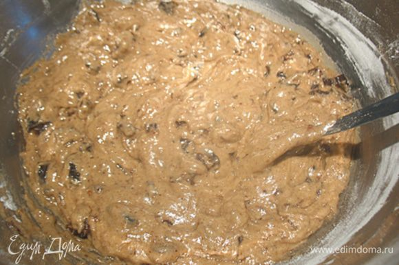 В муку добавить чернослив и замесить тестом. Белок взбить до устойчивых пиков и аккуратно вести в тесто.
