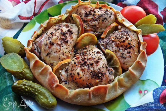 Подаём в горячем виде со свежими и маринованными овощами.