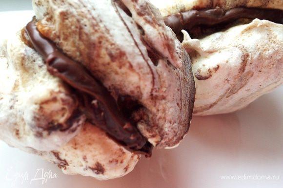 Растопить еще 100 г шоколада и склеить им остывшие пирожные.