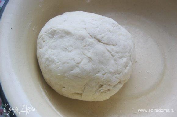 Замесить мягкое, не крутое тесто. Прикрыть полотенцем и оставить на полчаса.