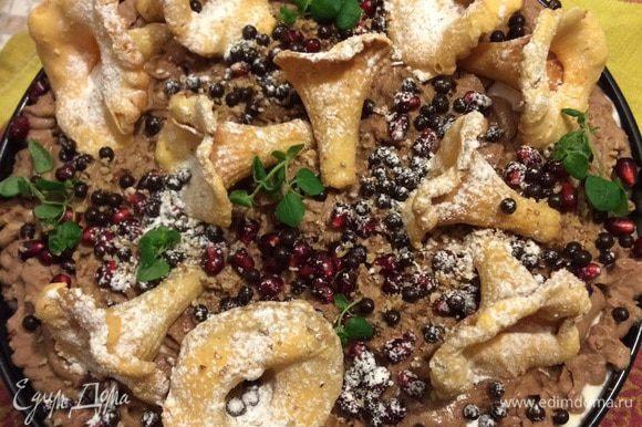 А дальше, гранатные зерна, печенья-грибы, мята, сахарная пудра-иней.