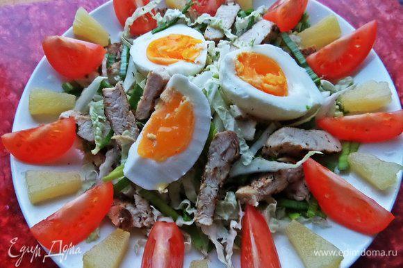 Раскладываем курочку ,капусту с луком горкой на тарелке. Яйца отварим минут 5, остудим и разрежем на дольки.