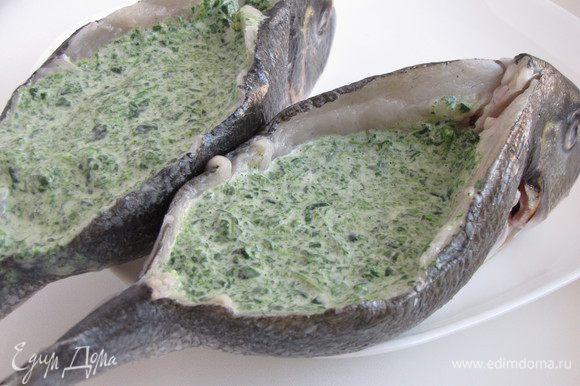 Положить рыбу на брюшко и через разрез на спинке нафаршировать получившейся смесью.