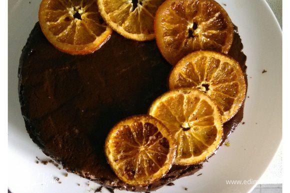 Растопить шоколад, смешать со сливками, покрыть десерт глазурью (не очень горячей), украсить апельсинами и убрать в холодильник. Наслаждайтесь!