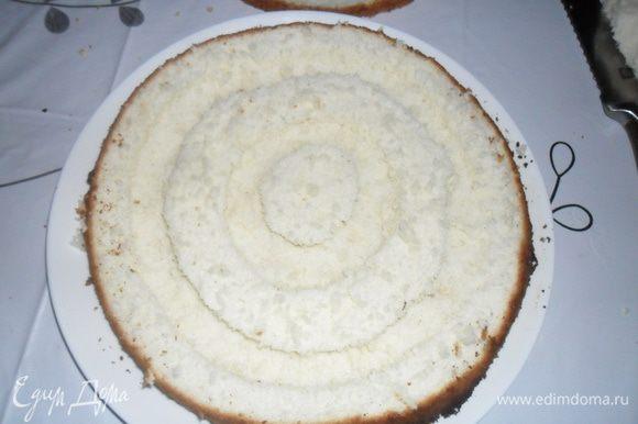 Из серединки по кругу (два круга) подрезая ножом, но не до конца, сделать углубления (вынуть пальцами мякиш).