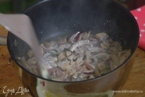 Добавить сливочный сыр, перемешать и снять сковороду с огня.