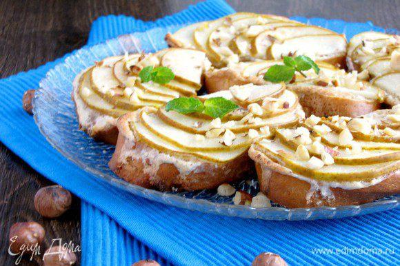 Готовые гренки переложить на сервировочное блюдо и посыпать рублеными орехами. Приятного аппетита!