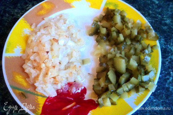 Предварительно отварить картофель, морковку и яйца, охладить и почистить. Лук мелко порезать и пассировать на растительном масле, охладить. Огурец порезать мелким кубиком.