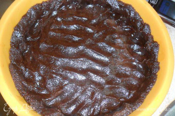Растапливаем 50 гр сливочного масла и добавляем к печенью. Хорошо разминаем руками. Выкладываем в форму и делаем бортик.Очень хорошо прижимаем пальчиками. Ставим в холодильник, пока мы будем делать крем.