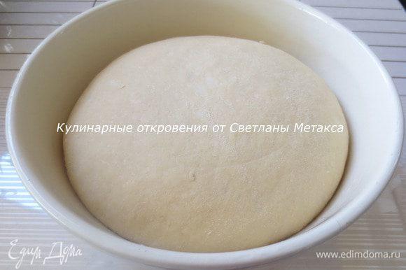 В теплом молоке распустить дрожжи, добавить 1 ст.л. сахара и 2 ст.л. муки, перемешать, оставить на 15 минут. Муку просеять в миску, высыпать сахар, соль, добавить ванилин, перемешать. Сделать углубление, добавить яйцо, растопленное масло и подошедшие дрожжи. Замесить мягкое тесто. Тесто накрыть и оставить в теплом месте на 1 час. Тесто должно увеличиться в объеме в два раза.