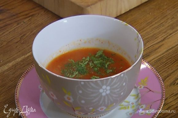Кинзу и укроп мелко порубить и посыпать готовый суп.