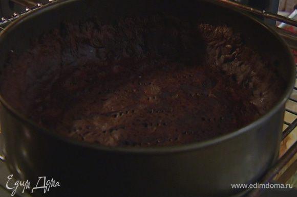 Охлажденный корж накрыть пищевой бумагой, насыпать сверху горох или любую крупу и отправить в разогретую духовку на 15 минут, затем горох удалить и выпекать корж еще 3–5 минут.