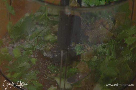В чаше блендера соединить лук, половину кинзы, перец чили, влить 1 ст. ложку сока лайма, посолить и поперчить.