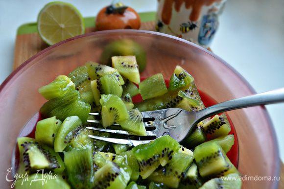 Мякоть 5 плодов порезать на кусочки и размять вилкой, добавить мёд и сок лайма.