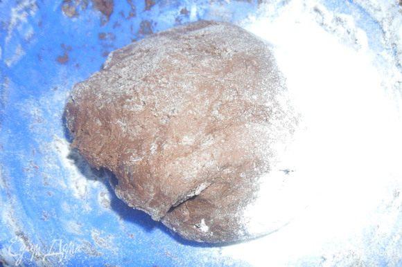 Всыпаем муку и замешиваем тесто, оно должно быть мягкое как пластилин, если необходимо добавляем муку.
